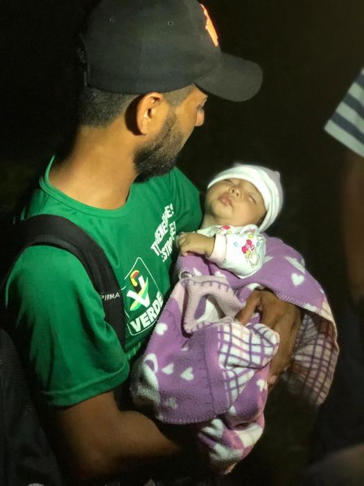 migrante sujeta a su hija de tres meses en la madrugada de este viernes en pijijiapan, chiapas.