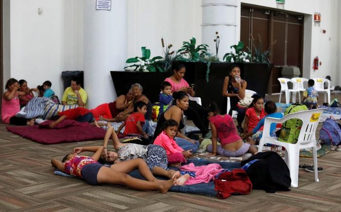 Algunas de las personas evacuadas de sus hogares en el Centro de Convenciones de Mazatlán, que se usa como refugio.