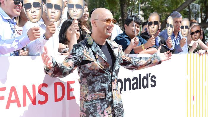 Wisin en la alfombra roja de Mc Donald's de Premios Billboard