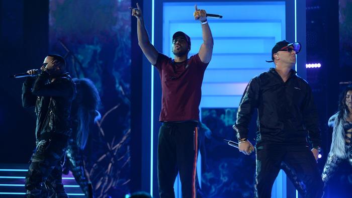 Wisin, Yandel y Romeo Santos en los ensayos de Premios Billboard