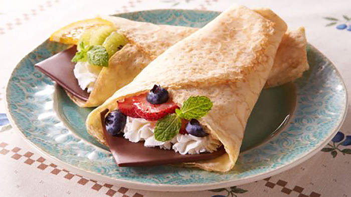 Wraps con chocolate, crema y frutos rojos