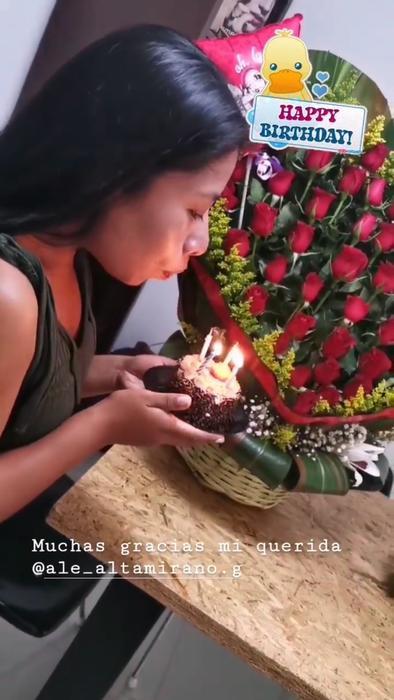 Yalitza Aparicio soplándole a las velas