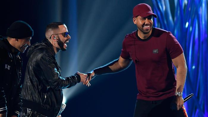 Yandel y Romeo Santos en los ensayos de Premios Billboard