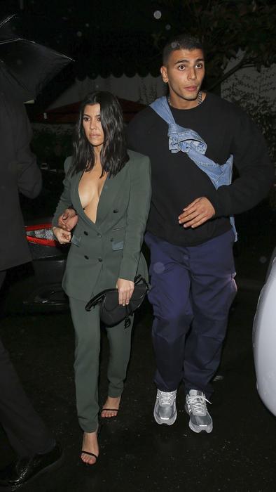 Younes Bendjima abrazando a Kourtney Kardashian