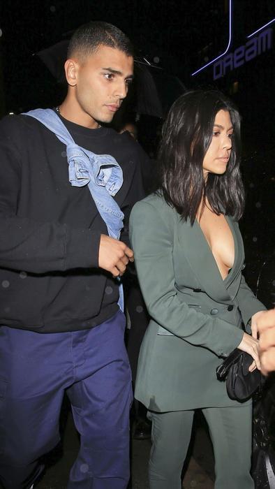 Younes Bendjima detrás de Kourtney Kardashian