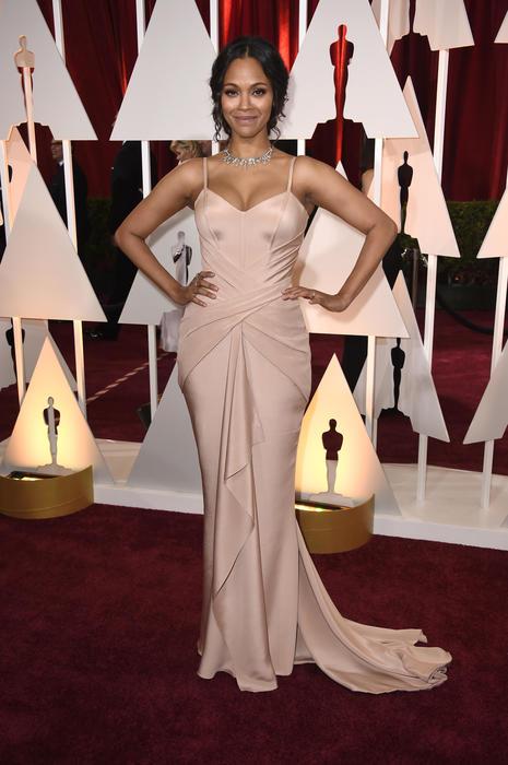 Zoe Saldana en la alfombra roja de los premios Oscar 2015