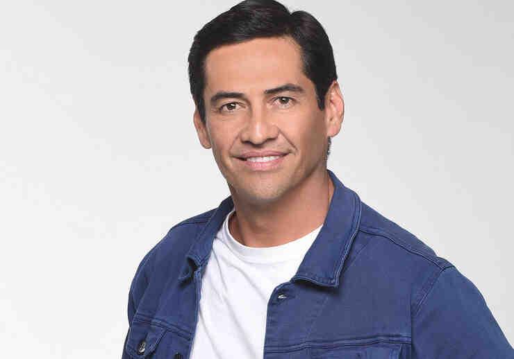"""Gabriel Porras como Carlos Martínez en """"Bajo el mismo cielo"""""""