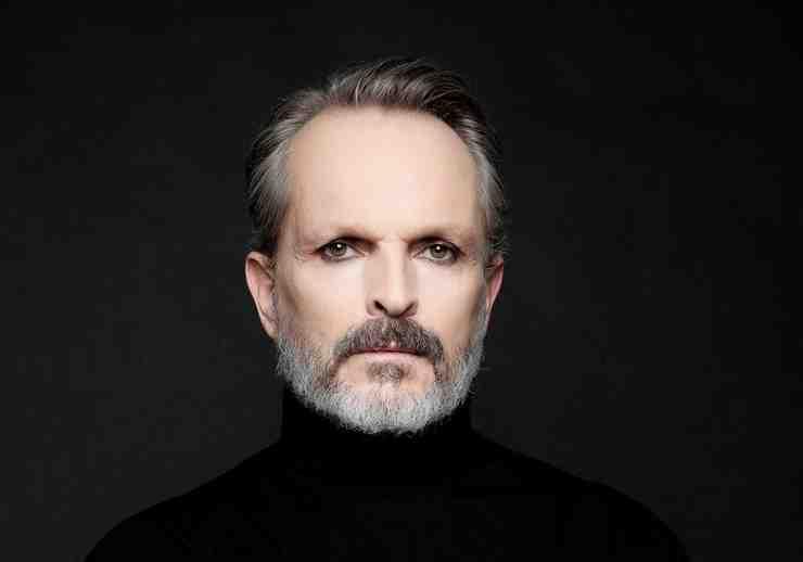 Miguel Bosé foto promocional fondo negro.