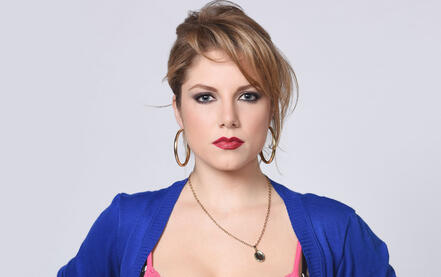 """Ahrid Hannaley como Isabela Garrido en """"Bajo el mismo cielo"""""""