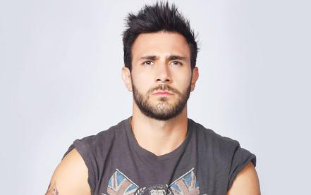 """Carlos Ferro como Matías Morales en """"Bajo el mismo cielo"""""""