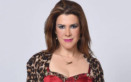 """Rosalinda Rodríguez como Laura Morales en """"Bajo el mismo cielo"""""""