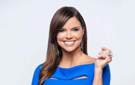 Rashel Díaz blusa azul falda negra