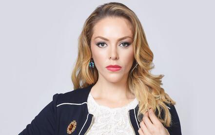 """Erika de la Rosa como Felicia Méndez en """"Bajo el mismo cielo"""""""