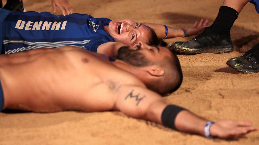 Dennhi y Chuy festejan en la arena
