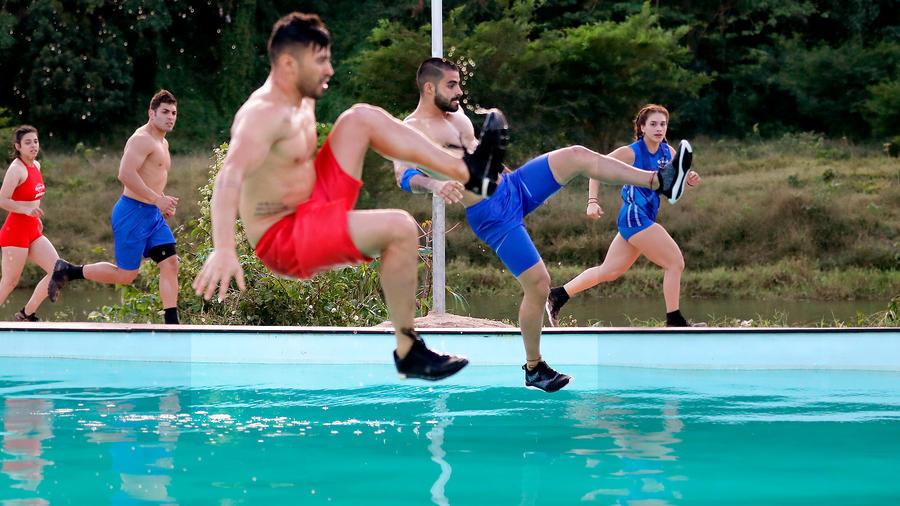 Chuy y Tommy entran en la piscina