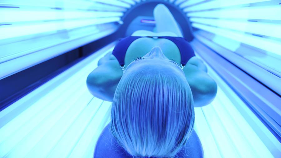 Conoce los riesgos del bronceado con rayos UV