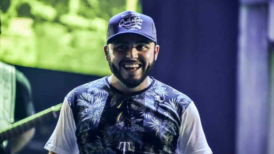Gerardo Ortiz sonriendo en los ensayos de Premios Billboard 2015