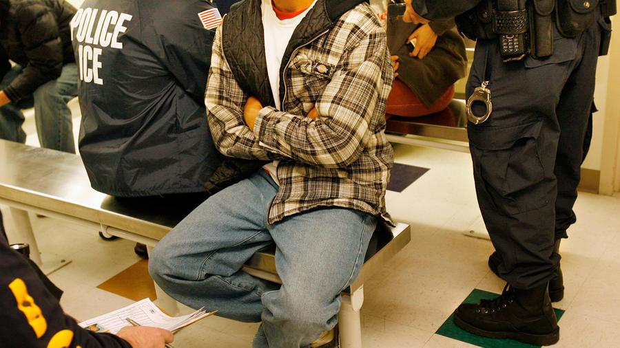 En la imagen,unIndocumentado arrestado por agentes del Servicio de Inmigración y Aduanas (ICE, por sus siglas en inglés).