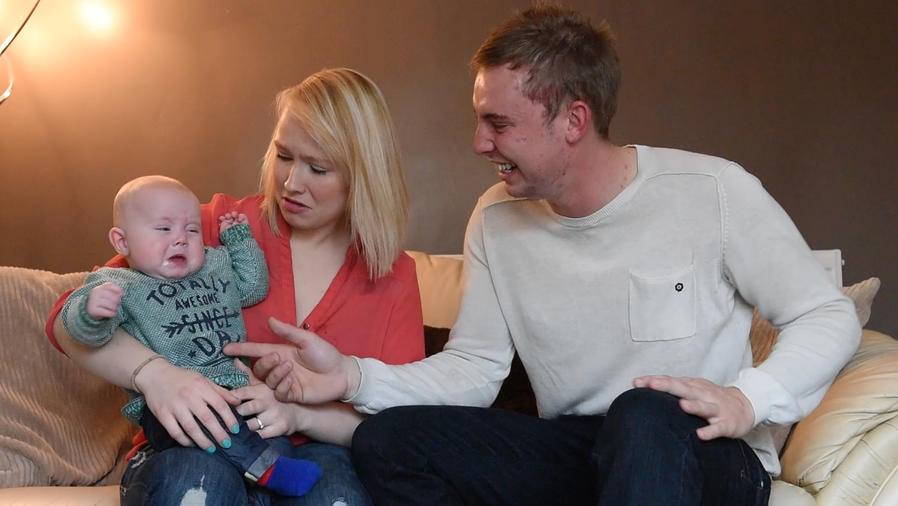 Bebé llorando en brazos de su madre