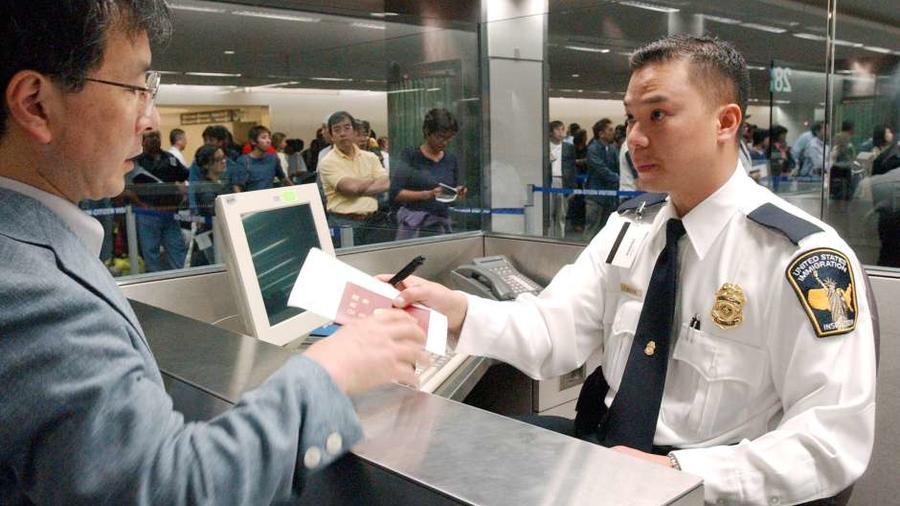 Hombre en un  puesto de inmigración en el aeropuerto