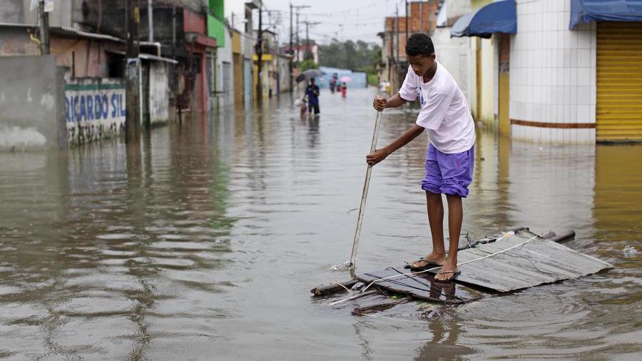 Un niño en una calle inundada, en Sao Paulo, Brazil, en esta foto de archivo del 13 de enero 2011.