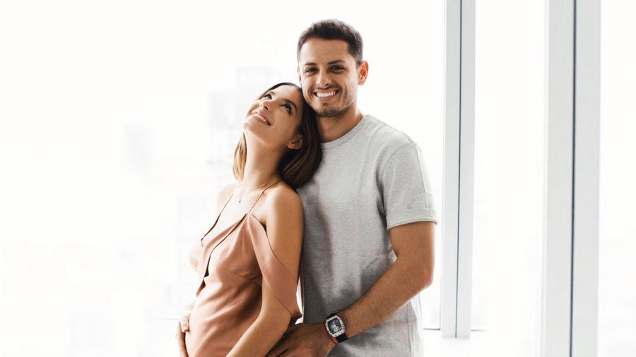 Chicharito Hernández junto a su novia Sarah Kohan