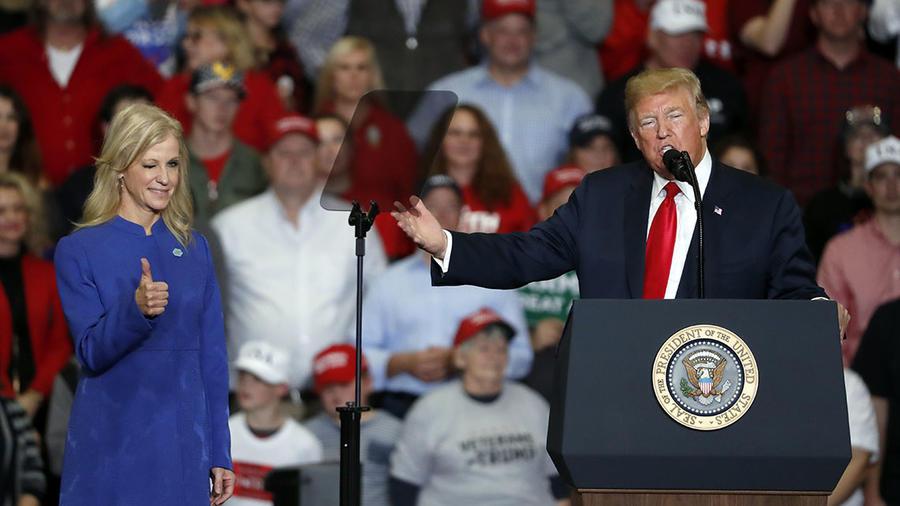 Kellyanne Conway junto a Donald Trump durante una charla en Misuri.