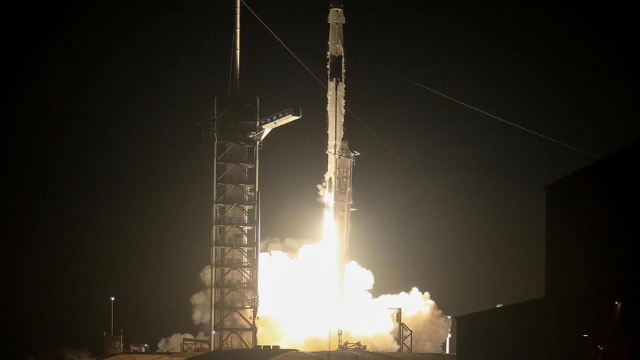 Cápsula Crew Dragon de SpaceX partió hoy hacia la Estación Espacial Internacional
