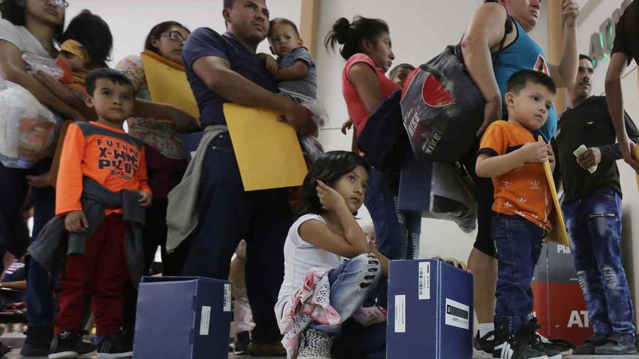 Familias de inmigrantes con sus hijos en la frontera en una imagen de archivo.