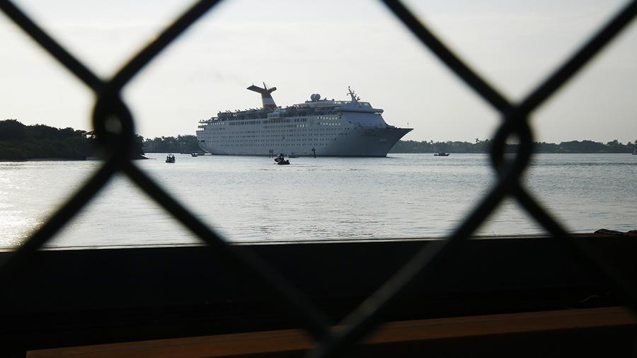 El crucero Grand Celebration arriba al puerto de West Palm Beach con cientos de bahameños que fueron evacuados.