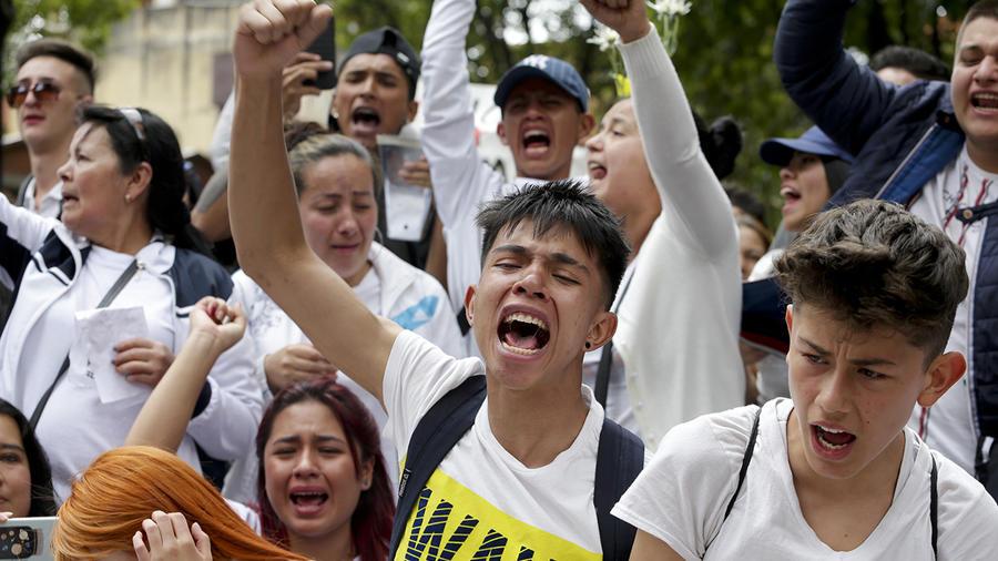Jóvenes asisten a una vigilia por Dilan Cruz, quien resultó herido durante enfrentamientos entre manifestantes y policías, en Bogotá, Colombia, el domingo 24 de noviembre de 2019.