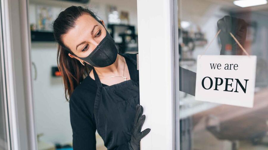 Mujer abre negocio