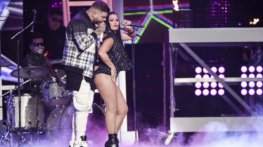 """Alejandra Guzmán y Farruko cantaron """"Adiós"""" en Premios tu Mundo 2015"""