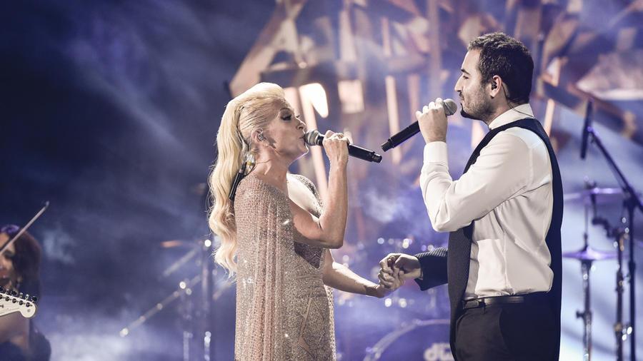 Yuri y Reik cantan en los Latin AMAs 2015