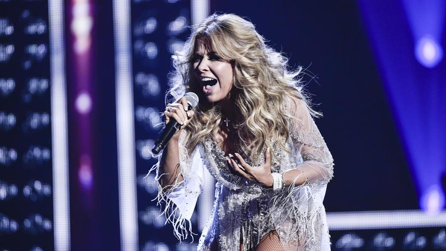 Gloria Trevi canta en los Latin AMAs 2015