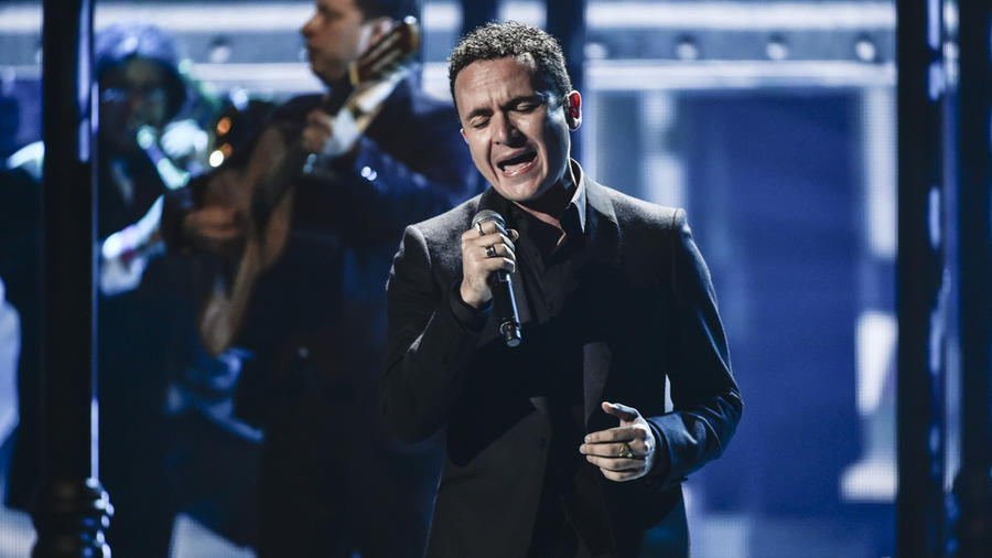 Fonseca canta en los Latin AMAs 2015