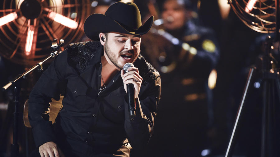 Gerardo Ortíz canta en los Latin AMAs 2015