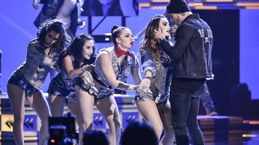 Maluma canta en los Latin AMAs 2015