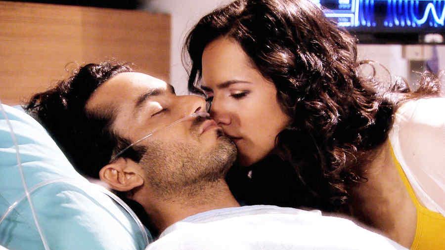 Aarón Díaz hospitalizado y Ana Lorena Sánchez besándolo en Tierra de Reyes