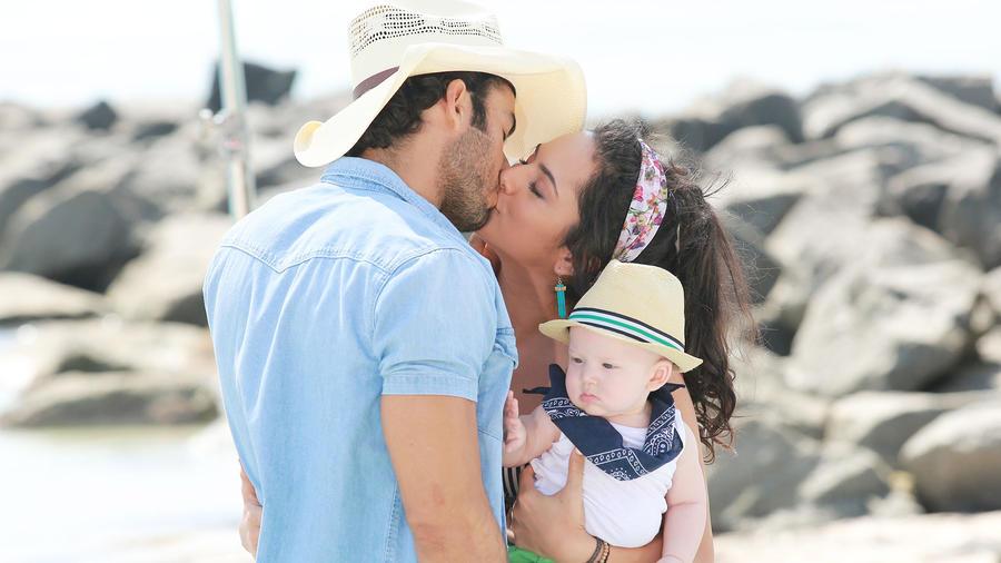 Aarón Díaz y Ana Lorena Sánchez besándose mientras carga a su bebé en Tierra de Reyes