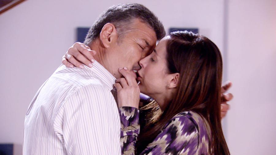 Adriana Lavat y Guillermo Quintanilla besándose en Tierra de Reyes