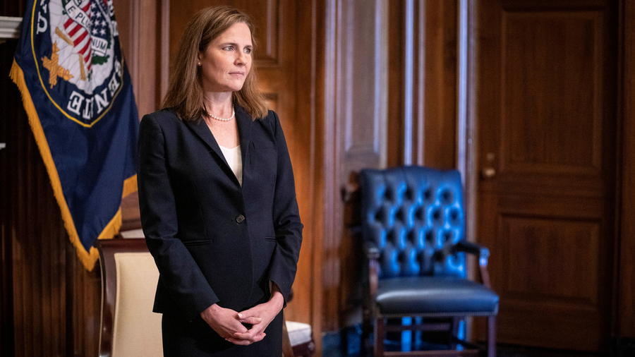 Amy Coney Barrett se reúne con el senador James Lankford, republicano de Oklahoma.