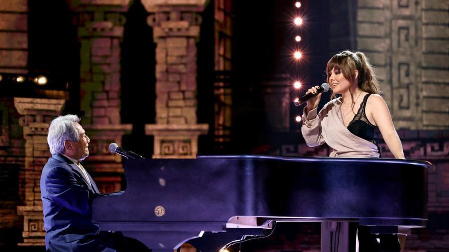 El cantante Armando Manzanero y Joy Huerta en los Premios Billboard 2020