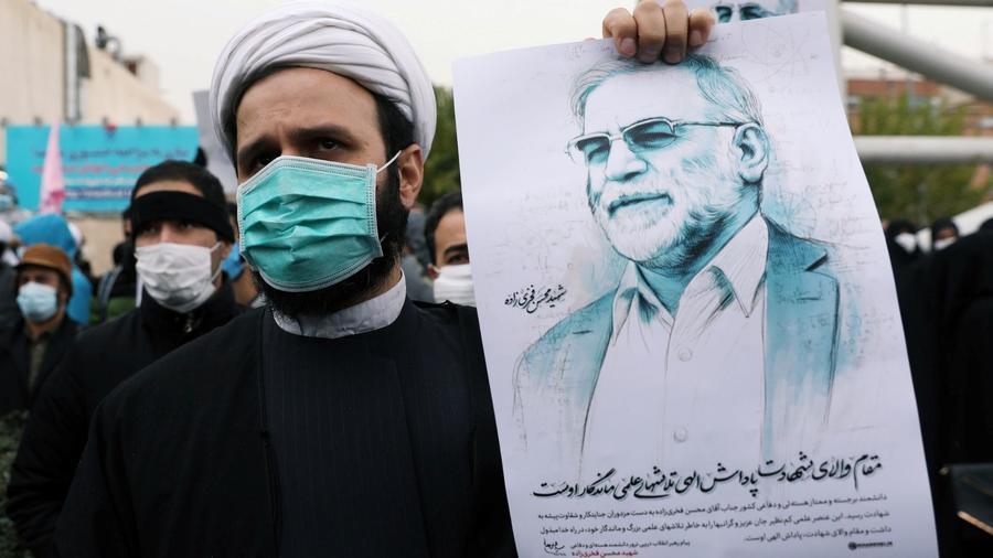 Un manifestante sostiene una foto de Mohsen Fakhrizadeh.