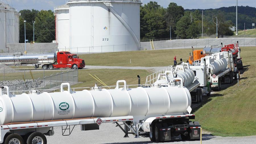 Camiones cisterna en las instalaciones de Colonial Pipeline.