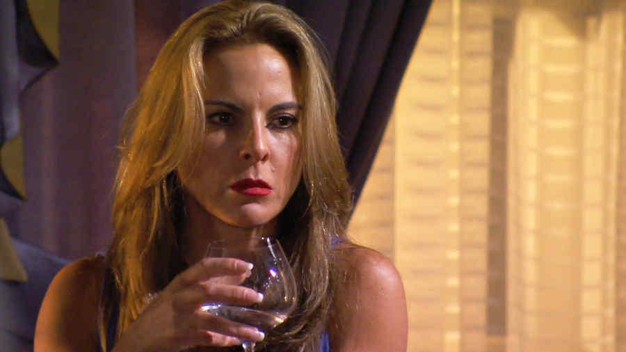 Kate del Castillo con una copa en la mano en Dueños del Paraíso