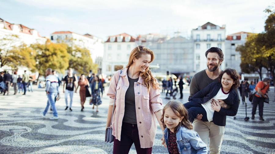 Familia caminando por las calles