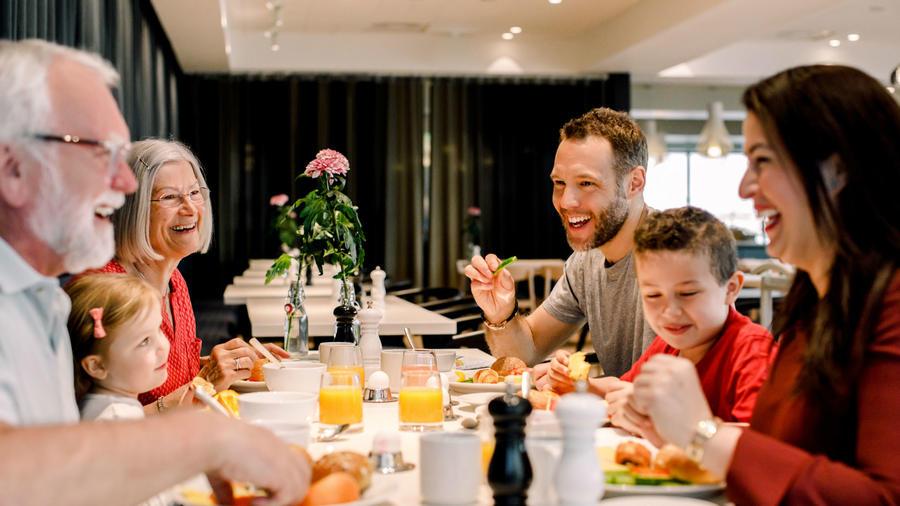 Familia cenando en un restaurante