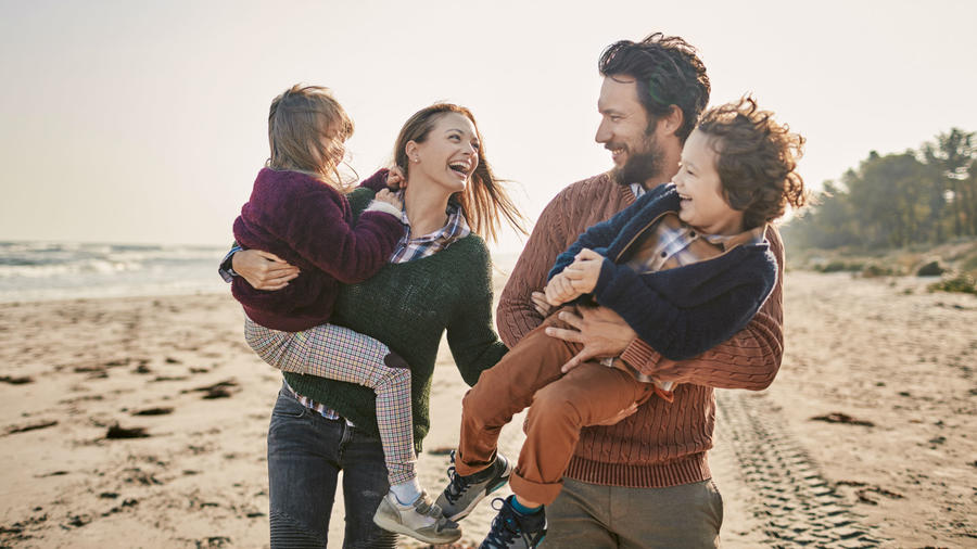 Familia feliz en paseo