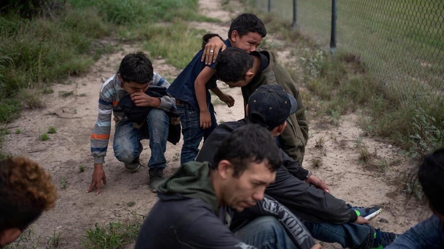 Migrantes detenidos en  la frontera en la primavera de 2018: entre ellos hay menores.